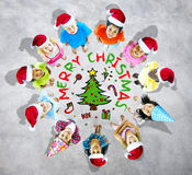 Kinder mit Weihnachten mit Baum in Grey Background Stockfoto