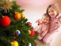 Kinder mit Weihnachtsbaum Lizenzfreie Stockbilder