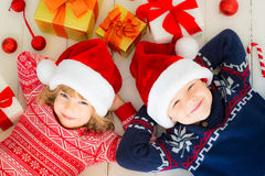 Kinder mit Weihnachtsdekorationen Lizenzfreie Stockfotos