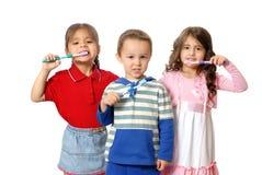Kinder mit Zahnbürsten Stockfotos
