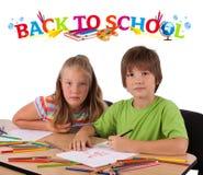 Kinder mit zurück zu dem Schulethema getrennt auf Weiß Stockfotos