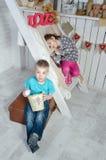 Kinder nähern sich den Treppen Stockfotos