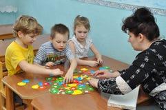Kinder nehmen in den Ausbildungshilfen an Kindergarten teil stockbild