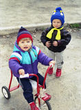 Kinder ot der Hinterhof Stockbilder