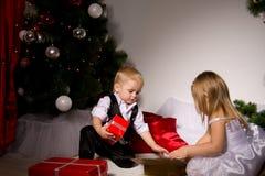 Kinder packen Geschenke aus Lizenzfreies Stockbild