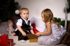 Kinder packen Geschenke aus Stockbilder