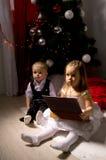 Kinder packen Geschenke aus Lizenzfreies Stockfoto