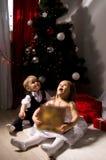 Kinder packen Geschenke aus Stockfotos