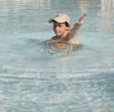 Kinder am Pool lizenzfreies stockfoto
