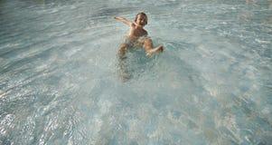 Kinder am Pool Lizenzfreie Stockbilder