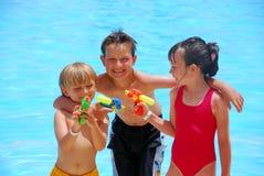 Kinder am Pool stockfoto
