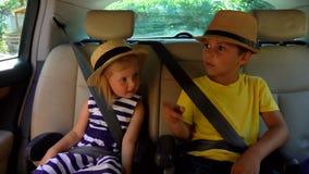Kinder reisen mit dem Auto stock video