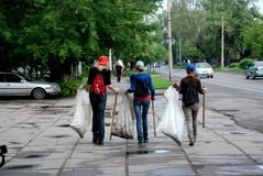 Kinder sammeln Abfall Zeichen der Zeiten lizenzfreies stockbild