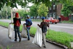 Kinder sammeln Abfall Zeichen der Zeiten stockbilder