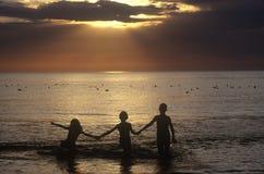 Kinder am Schattenbild lizenzfreie stockbilder