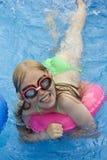 Kinder in schaufelndem Pool Lizenzfreie Stockfotografie