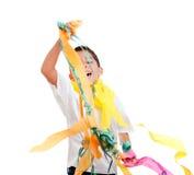 Kinder scherzen in einer Party mit unordentlichem buntem Papier Stockfoto