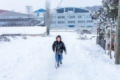Kinder schieben auf Schnee in der alte Schulart mit Hartholz Stockfotos