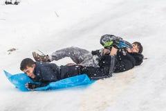 Kinder schieben auf Schnee mit Plastiktasche in Istanbul Lizenzfreies Stockbild