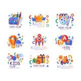 Kinder schlagen Logovorlagensatz, kreative Aufkleberschablonen, Spielplatz, Unterhaltung, Wissenschaftsbildungs-Lehrplanclub mit  stock abbildung
