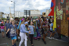 Kinder schließen sich die jährliche Margate-Karnevalsparade an Stockfoto