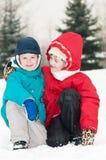 Kinder am schneebedeckten Winter draußen Stockfotografie