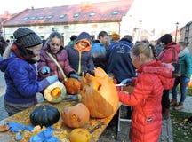 Kinder schnitzten Halloween-Kürbise Stockbild