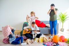 Kinder schufen eine Verwirrung zu Hause lizenzfreie stockbilder