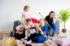 Kinder schufen eine Verwirrung zu Hause stockfotos