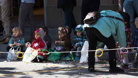 Kinder sitzen auf den Bürgersteigswartekaramelen Lizenzfreie Stockbilder