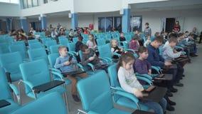Kinder sitzen in der Halle stock video