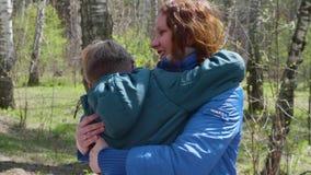 Kinder-Sohn läuft, um seine Mutter zu treffen, umarmt sie leicht Glückliche Familie, liebevolle Eltern stock footage
