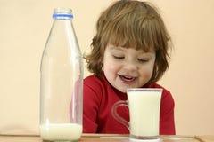Kinder sollten Milch trinken Stockfotografie