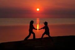 Kinder am Sonnenuntergang Lizenzfreies Stockfoto