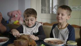 Kinder speisen am Tisch Traditioneller ukrainischer Borschtschteller stock footage