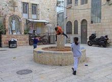 Kinder spielen auf kleinem Quadrat von Jerusalem Lizenzfreie Stockfotografie