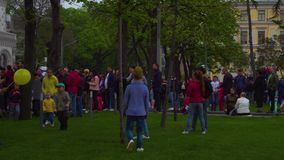 Kinder spielen beim Warten auf Parade WWII Victory Day, um am 9. Mai anzufangen, Moskau stock footage