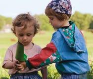 Kinder spielen die farbigen Spielwaren (1) Stockbilder