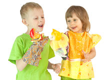 Kinder spielen ein Marionettentheater Stockfoto