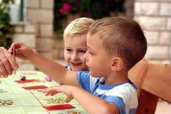 Kinder spielen ein Tabellenspiel lizenzfreie stockfotografie