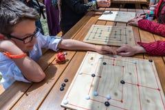 Kinder spielen ein traditionelles türkisches hölzernes Rätselspiel Stockfotografie