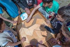 Kinder spielen ein traditionelles türkisches hölzernes Rätselspiel Stockfotos