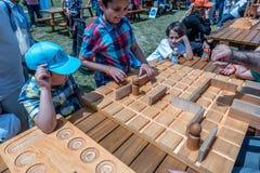 Kinder spielen ein traditionelles türkisches hölzernes Rätselspiel Lizenzfreies Stockfoto