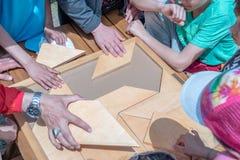 Kinder spielen ein traditionelles türkisches hölzernes Rätselspiel Lizenzfreie Stockbilder