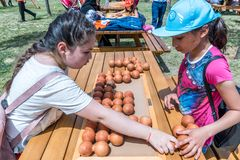 Kinder spielen ein traditionelles türkisches hölzernes Rätselspiel Lizenzfreie Stockfotos