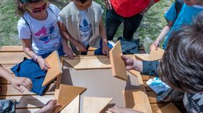 Kinder spielen ein traditionelles türkisches hölzernes Rätselspiel Lizenzfreies Stockbild