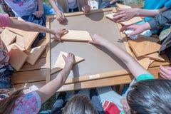 Kinder spielen ein traditionelles türkisches hölzernes Rätselspiel Stockbilder
