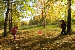 Kinder spielen eine Kugel Stockfotografie