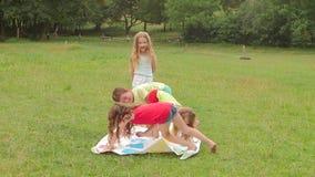Kinder spielen einen Twister im Garten Langsame Bewegung stock video