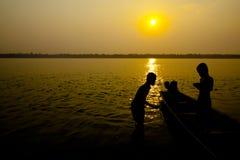 Kinder spielen am Flussufer von Khong Lizenzfreies Stockbild